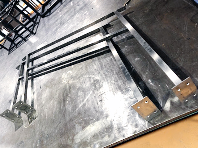 SUS製の角パイプの階段手摺で仕上げはヘアライン